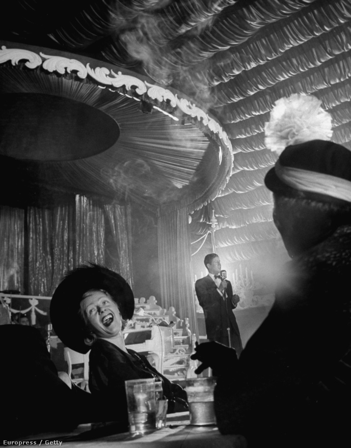 Az énekes-színész Rudy Valle volt a XX. század első igazi sztárja, megőrültek érte a tömegek. Elsőként élvezhette a mikrofon és a rádiózás előnyeit, nem kellett beüvöltenie a termet, halkan adta elő sanzonjait, és gyakran használt megafont is. Itt egy éjszakai bárban énekel 1949-ben.