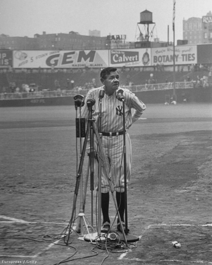 A baseball-legenda Babe Ruth a New York Yankees 25. évfordulóján, 1948-ban. Már nagyon beteg volt, járni is alig tudott, egy baseball ütőre támaszkodott botként.  Ekkor járt utoljára a pályán, két hónappal később meghalt. Rákbeteg volt, de a családja annyira félt, hogy kárt tesz magában, hogy sosem árulták el neki a diagnózist.