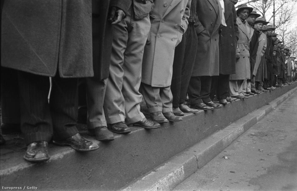 Mint az néhány itteni képéből is kiderül, Cornell Capa nagyon értett komponáláshoz, különösen szerette a valamilyen geometriai alakzatban felsorakozó embereket, ez a kép a híres sztepptáncos, Bill Bojangles Robinson temetésén készült 1949-ben.