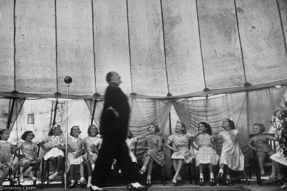 Ted Lewis mutatja be,  hogyan kell a színpadon viselkedni. Hogyhogynem, a mozgó énekes-humorista helyett a szép sormintában ülő fiatal lányokon van az élesség.