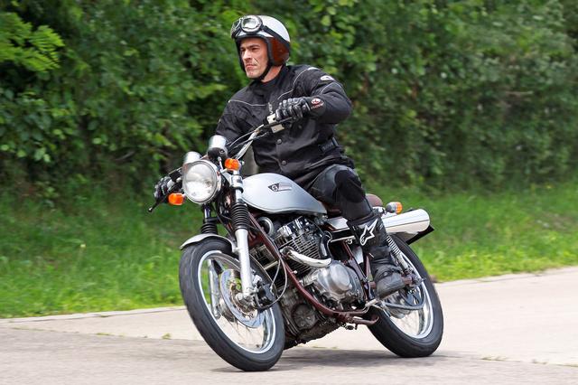 Könnyen fordul az átalakított Suzuki a széles kormánnyal és enduro gumikkal