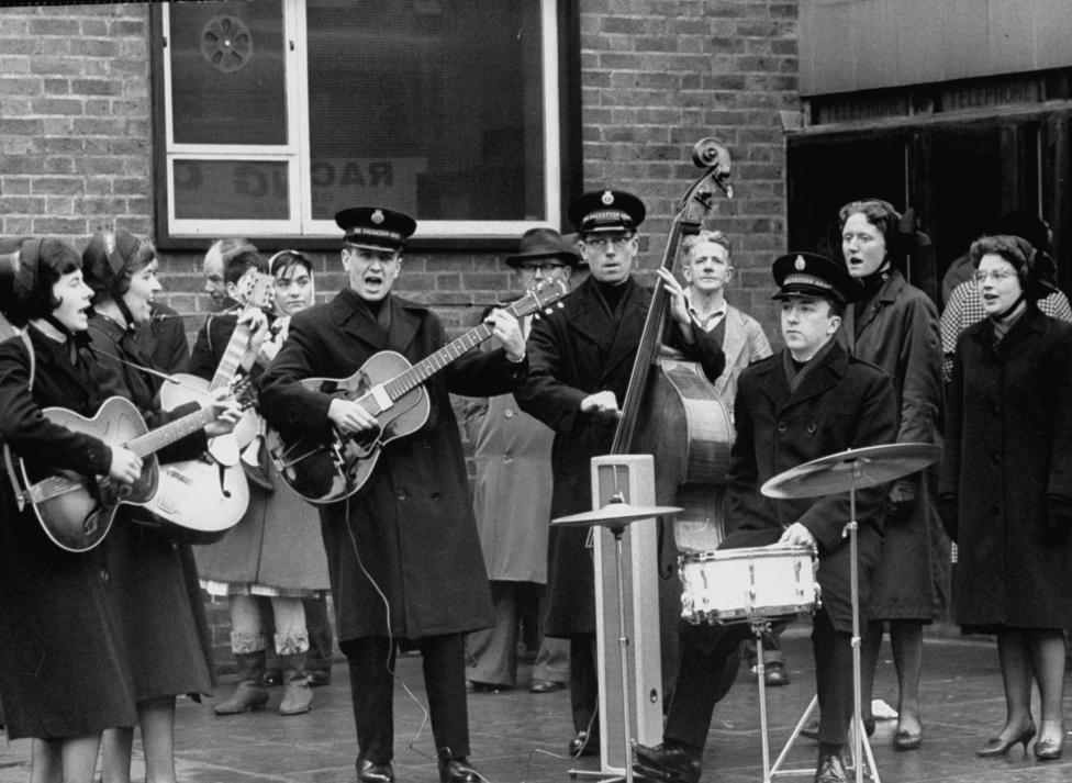 Lánya javaslatára 1962-ben az akkor még kevéssé ismert angol zenekart, a Beatlest kezdte fotózni, pár hónap leforgása alatt több mint 5000 képet készített róluk. A később világhíres zenekarról készült képeket 75 ezer fontért vásárolták meg egy árverésen. A képen az Üdvhadsereg zenekara játszik ún. Beatles-stílusban.