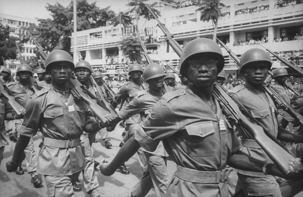 """Még mindig Kongó. Spencer hozzá volt ugyan szokva a háborúhoz, de a Lumumba halála után kitört mészárlás még őt is elborzasztotta. """"Hataloméhes, részeg katonák randalíroztak a városban, szörnyű volt az itt látott erőszak, Vietnam ehhez képest egy játszótér"""" - írta emlékirataiban."""