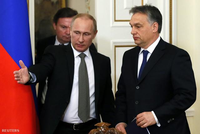 Vlagyimir Putyin mutatja az utat a tárgyalást követő sajtótájékoztatón