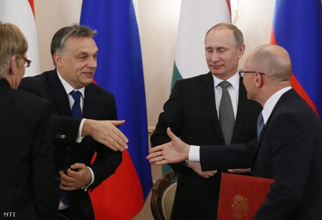 Orbán Viktor és Szergej Kirijenko, a Roszatom elnöke kezet fognak a megállapodás után