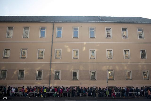 Az Ételt az Életért Közhasznú Alapítvány munkatársainak karácsonyi ételosztására várakozók sora a Rákóczi úton, 2013. december 24-én.