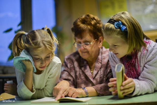 A Senior Mentor Programban részt vevők alsós gyerekeket korrepetálnak, segítenek nekik délutánonként az iskolában megírni a leckét, az olvasás-írás gyakorlásában