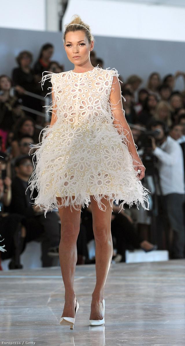 2004 óta kizárólag a Louis Vuitton kifutóján hajlandó végiglejteni.