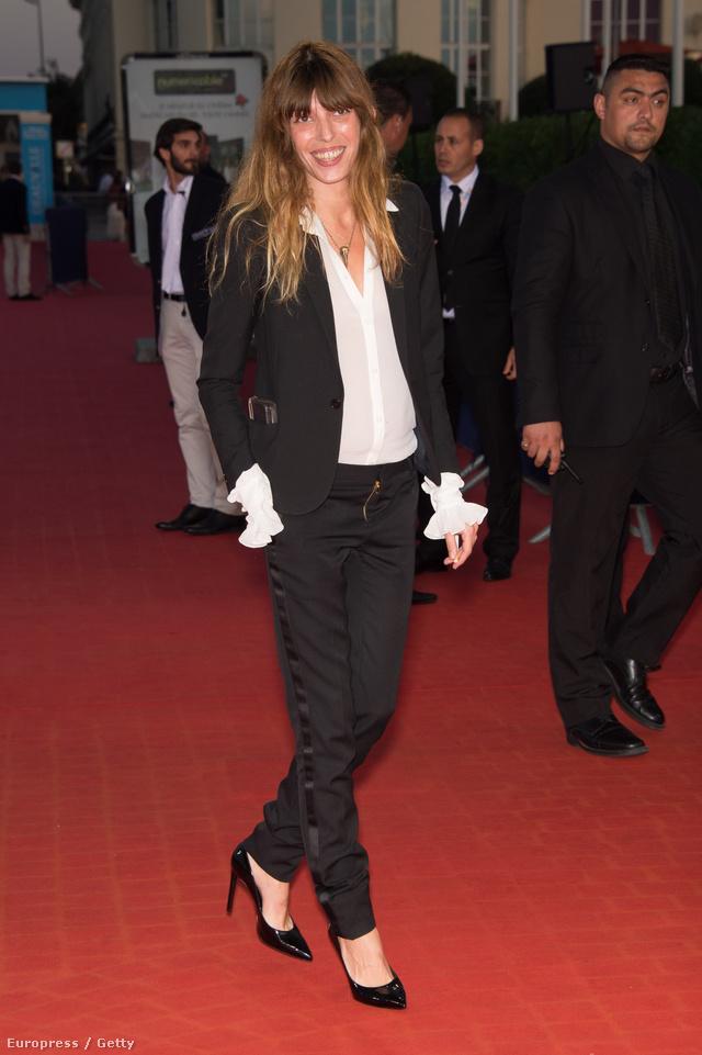 A fehér ing és lazán kiengedett haj is a francia nők egyik védjegye.