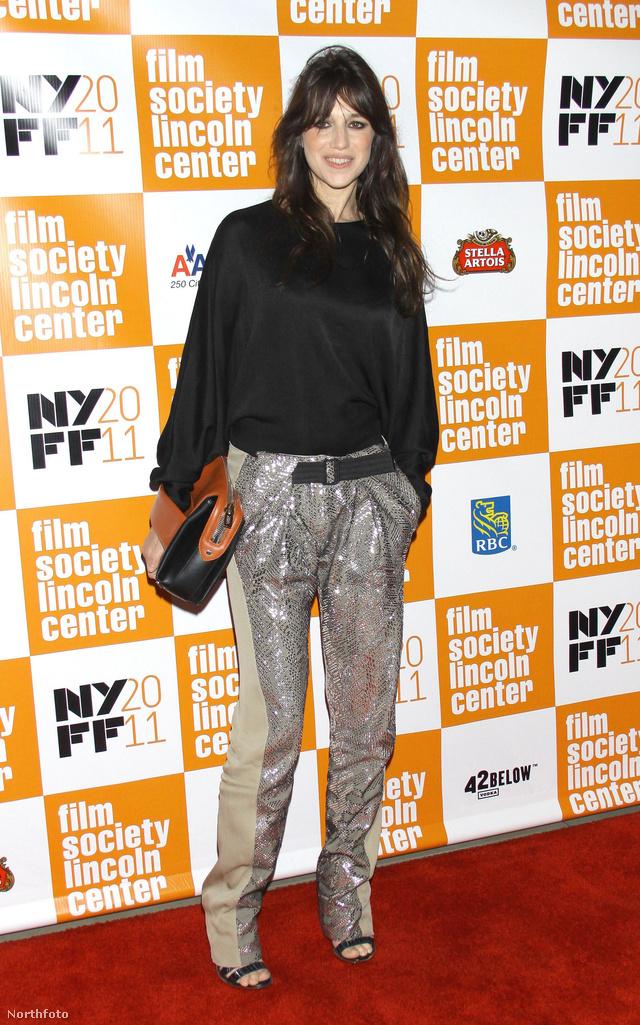 Charlotte Gainsbourg szerint is menő az ezüst színű pantalló és az egyszerű fekete pulóver házasítása.