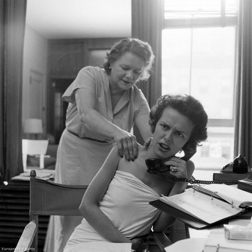 A modellügynökségek ma ismert formáját (a megrendelő az ügynökséggel szerződik, akik fizetést adnak a modelleknek) gyakorlatilag Eileen Ford találta ki. Az egyik első ilyen profilú vállalkozást 1946-ban alapította,  előbb még apja ügyvédi irodájából intézte a hívásokat, de hamarosan már egy külön emeletet kellett bérelniük a cégnek. Az ügynökség nagyon hamar nagyon sikeres lett, éppen Jean Patchett volt az első szupermodelljük. Eileen Ford 50 éven át nagyon keményen dolgozott, a képen telefonálás közben masszírozzák 1949-ben.
