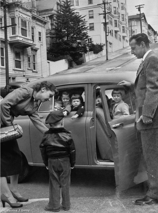 """Leen nemcsak a mindennapok egyszerű, ám meghatározó pillanatait tudta nagyon jól elkapni, de a képaláírásokhoz is nagyon jól értett, szenvtelen stílusa jól állt a fekete-fehér képeinek. Itt például: """"A dolgozó nő óvodába indítja a gyerekét, miközben apu figyel"""". Egy másik nagyon híres képén pedig az anya és két gyermeke várja a 6:26-os elővárosi vonatot, ami meghozza aput."""