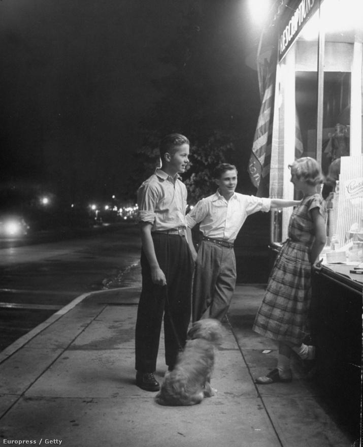 Nina Leen kutyája a Life magazin történetének leghíresebb állata. Egy kollégája találta az út szélén, és mivel képtelen volt otthagyni, elvitte a New York-i  irodába. Itt találkozott Leen és a később Lucky néven ismertté vált kutya, aki hamarosan Amerika kedvencévé vált, tekintve hogy Leen részletesen dokumentálta megmentését és későbbi aranyéletét fotók, könyv, sőt egy rövidfilm formájában is. Leen a kutyák nagy fotósa volt, a képen egy éjszakai kutyasétáltatást örökített meg.