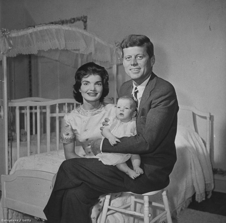 Ma már őrült harc megy a sajtóban egy-egy híresség újszülött gyermekéről készült fotóért, régen persze ez is sokkal jobb és egyszerűbb volt. Az újszülött Caroline Kennedy szüleivel, Jacqueline-nal és Johnnal 1958-ban a Life magazin címlapján szerepelt (egyébként színesben). A család georgetowni otthonában fogadta Nina Leent.