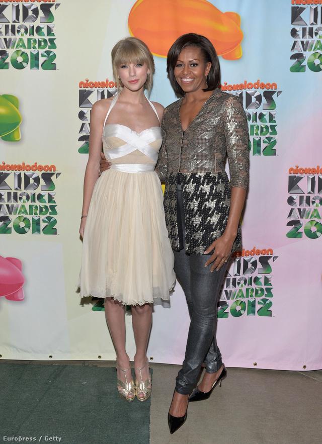 Celeblányokkal is szívesen mosolyog egy kép erejéig. Itt éppen Taylor Swifttel látható a Nickelodeon Kids' Choice Awards - on.