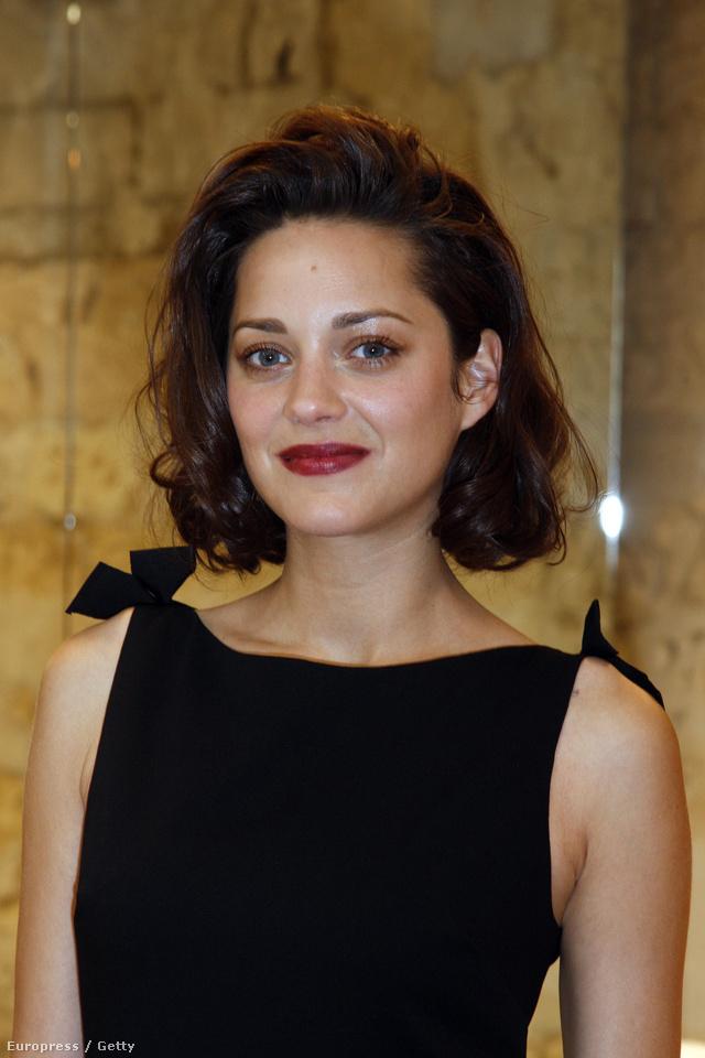 Marion Cotillard a 2009/10-es párizsi Haute Couture hétre, a Dior bemutatóra érkezett ilyen ajkakkal.