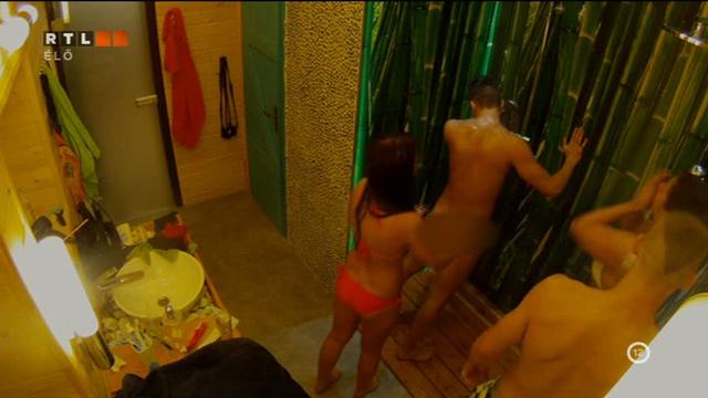 Cuki Zsófi mossa a ruhát most is hanyagoló Aurelio hátát.