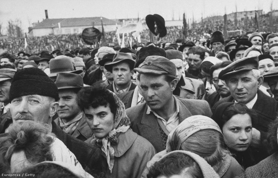 Lisa Larsent mindenki szerette. Nemcsak a színészek, politikusok, hanem minden ember, akinek a közelébe került. Valószínűleg ezért volt a tömegfotók mestere is: úgy volt képes lefotózni az összegyűlt embereket, hogy közben az egyéni portréknak is figyelmet szentelt. Ez a sokaság Nyikita Hruscsovra vár 1958-ban.