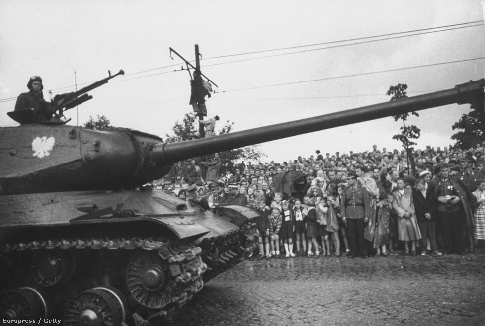 Ho Si Minh haláláig küzdött az egyesült, kommunista Vietnam eszméjéért, a lengyelek ilyen parádés katonai felvonulással köszöntötték a vezért, amikor látogatást tett Lengyelországban. A háttérben persze ott van Larsen elmaradhatatlan témája: a tömeg.
