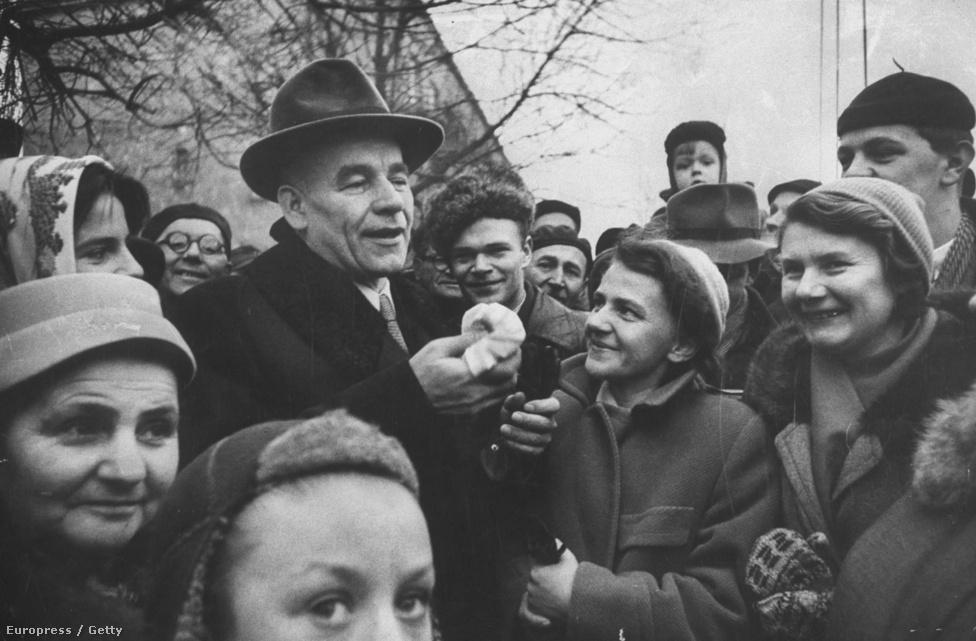 A lengyel kommunista vezető, Wladyslaw Gomulka híres beszéde, amelyben meghirdette a szocializmus lengyel útját, és elítélte a sztálinizmust, 1956. október 23-án jelent meg a magyar sajtóban. Gomulka mindvégig támogatta a magyar forradalmat, segélyeket is küldött, később közbenjárt Nagy Imre érdekében is - eredménytelenül. A kép 1956 decemberében készült, a lengyel választások után.