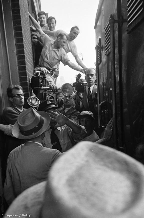 Az ötvenes években a Kefauver-bizottság meghallgatásai során mintegy 600, maffiakapcsolatokkal rendelkező személy tett vallomást. Mivel a tárgyalásokat a tévé is közvetítette, Frank Costello, az alvilág főnöke, egyfajta sztárrá vált, noha az arcát nem,  csak a kezét mutatták a válaszai közben. Filmes érdekesség: Martin Scorsese A tégla című filmjében a maffiafőnököt alakító Jack Nicholson figuráját Costellóról mintázták, és nevét is tőle kölcsönözték.