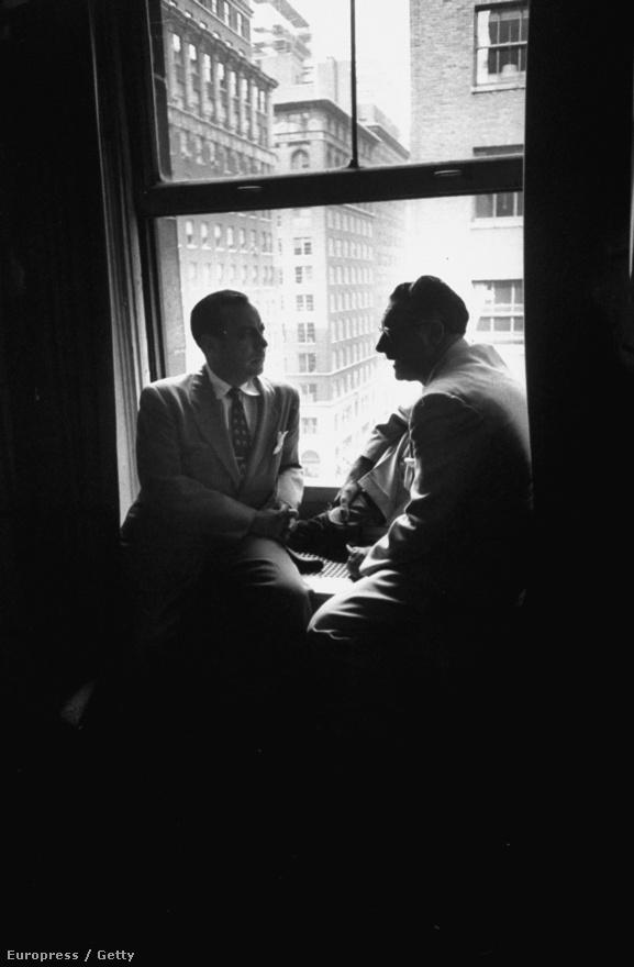 Robert F. Wagner Jr. és Carmine G. DeSapio ülnek az ablakban.
