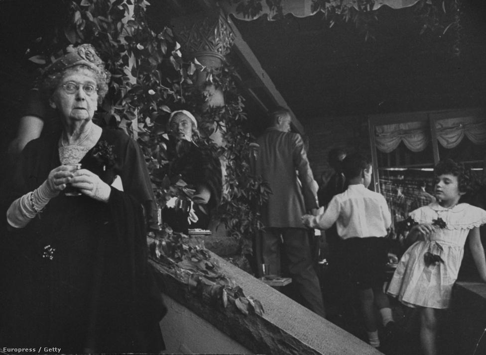 1953 legfontosabb társadalmi eseménye Jackie és John Kennedy esküvője volt. A Life magazin úgy döntött, Larsent küldi az eseményre, aki személyiségéből fakadóan nemcsak a szokásos híresember-portrékat lőtte egymás után, hanem az ilyen háttérképeket is, amelyek segítségével sokkal inkább megérthetjük, hogy mekkora társadalmi esemény volt ez az esküvő a tehetősek minden generációjának. Ez a kép egyébként nem jelent meg a Life magazinban.