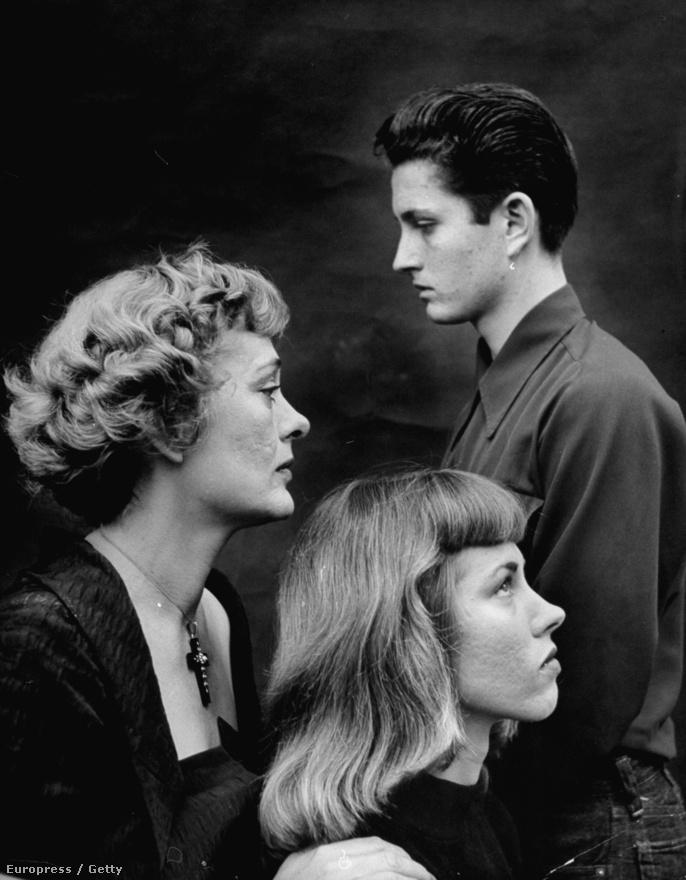 A Barrymore család. Jobbra John Drew Barrymore, balra az anyja Dolores Barrymore, és testvére DeDe. De úgyis lehetne mondani, hogy a képen Drew Barrymoore apja, nagyanyja, és nagynénje látható. A Barrymore színészcsalád annyira kiterjedt volt, hogy még egy Broadway-darab is készült róluk, amelyben paródiaként mutatták be a sokgenerációs színészcsaládot.
