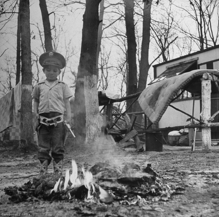 A New Jersey közelében fekvő Fort Dix támaszpont, 1949-ben, négy évvel a második világháború után. Egy Laurel Village-i ház kívülről.