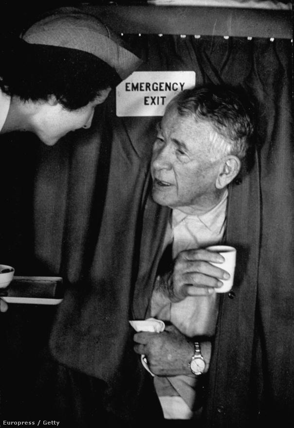 Alben W. Barkley az Egyesült Államok 35. alelnöke Truman alatt, hetvenévesen ő volt minden idők legidősebb alelnöke. Larsen kísérte a választási turnén, az alelnökjelölt és a fotós kapcsolata nagyon közeli volt, Larsen tőle kapta a Mona Lisa becenevet. Truman ekkoriban a koreai háborúval volt elfoglalva, az idős Barkley-ra maradt a kampányolás, aki igencsak el is fáradt a turnéban, a képen egy stewardess kávéval kínálja.
