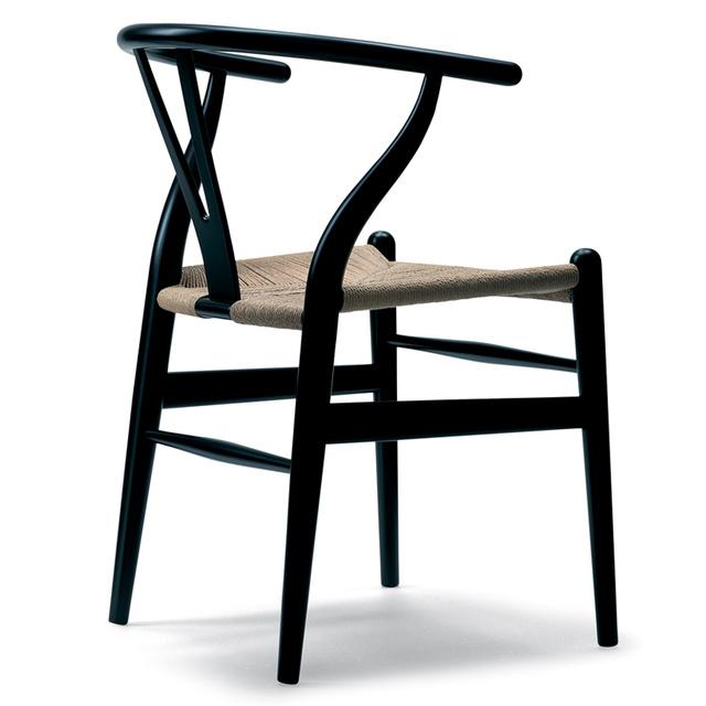 """Hans Wegner művei közül az egyik legismertebb az 1950-ben tervezett """"Wishbone"""" szék, ami egy jellegzetes Y- formát kapott étkező szék, aminek azóta is folyamatos a gyártása."""