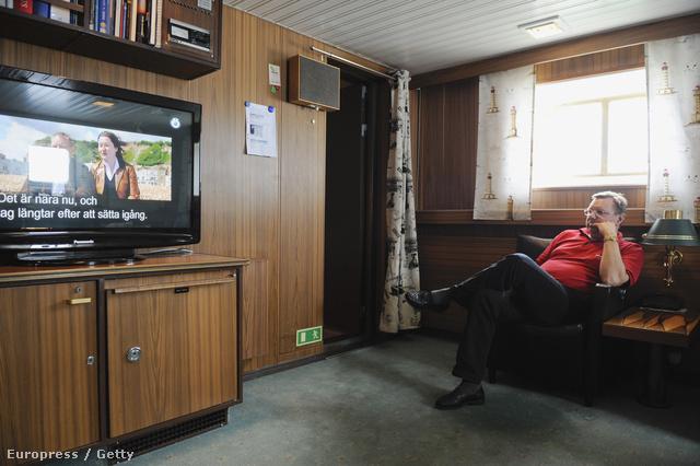 Az Ymer svéd jégtörő kapitánya tévézéssel tölti szabadidejét a Botteni-öböl vizein.