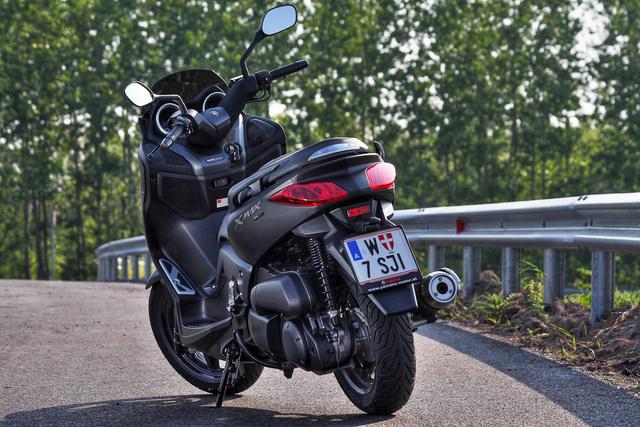 A jellegzetes dupla hátsó lámpával, amit az XC 300 Versity óta használ a Yamaha