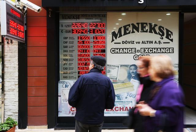 Pénzváltó Isztambulban.Törökország megpróbálta komoly kamatemeléssel mérsékelni a török líra esését.