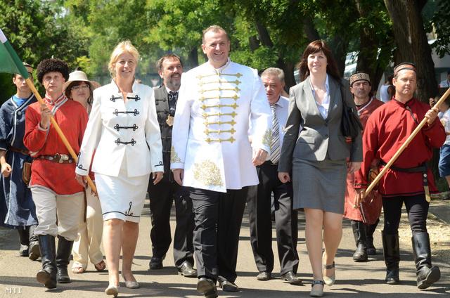 Horváth László tiszteletbeli konzul (k) érkezik a korábban megszüntetett újra megnyitott tiszteletbeli kazah konzulátus átadására a karcagi polgármesteri hivatalhoz. (2012.)