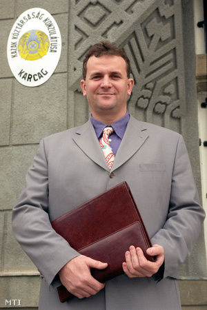 Horváth László a Kazak konzulátus előtt, 1998-ban
