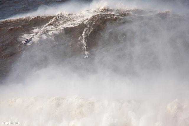 A hullám töb mint 24 méter magas volt