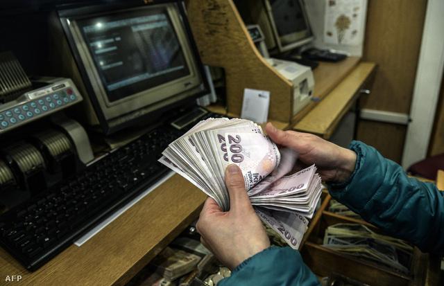 Török lírát számol egy pénzváltó alkalmazottja Isztambulban