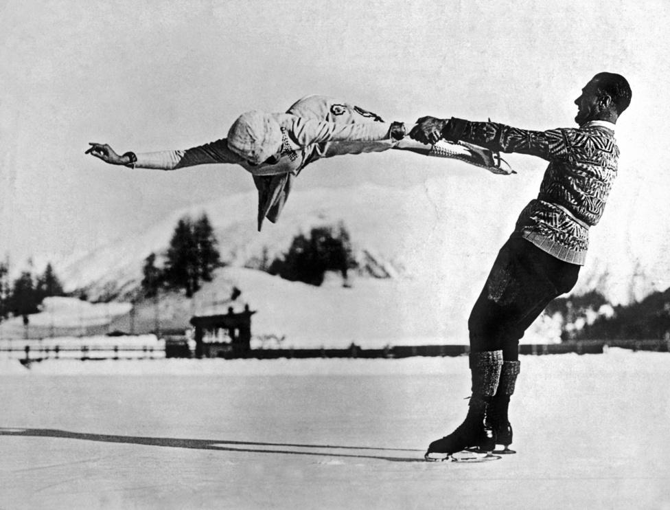 Freda Whitaker és Phil Taylor St. Moritzban, szabadtéren készül az olimpiára. Az 1950-es évekig csak alig pár fedett jégcsarnok üzemelt, és szinte lehetetlen volt azokba bejutni. Akkoriban azonban a legnagyobb sztárokat sem zavarta, hogy mínusz tíz-húsz fokokban kell készülniük és versenyezniük.