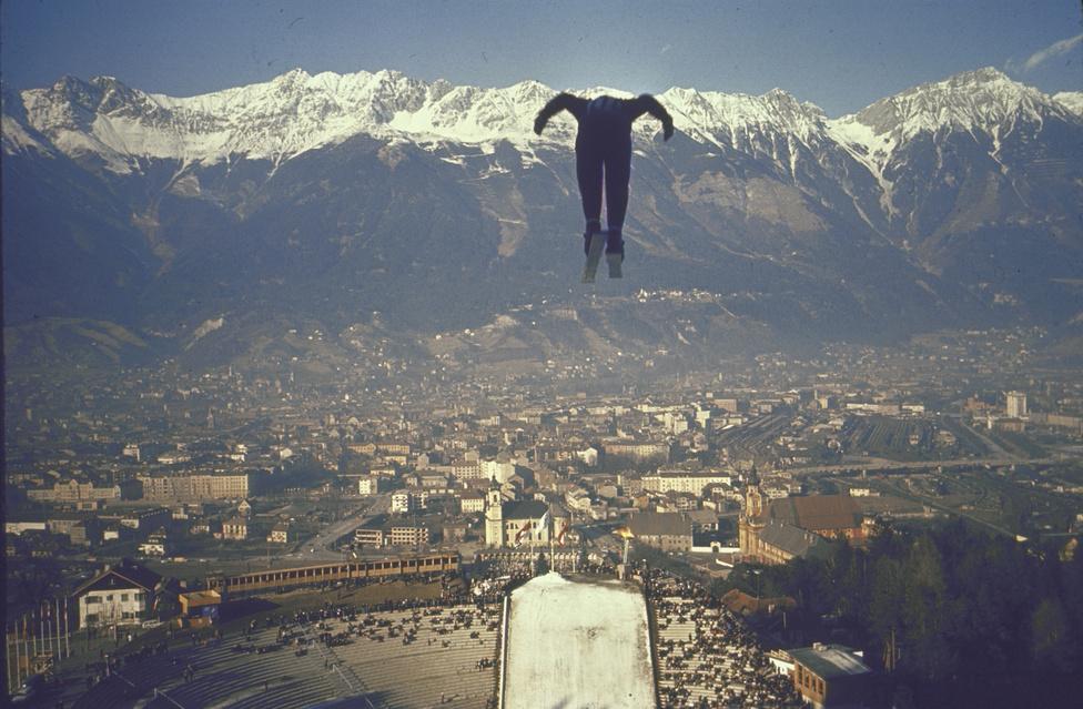 Innsbruck madártávlatból. Ugrás a híres bergiseli sáncról. Egy sánc már az 1920-as években is állt itt, de a helyszín igazán 1952-től vált fontossá, amikor a Négysáncverseny egyik állomása lett Innsbruck. A sáncot az 1964-es olimpiára átépítették, majd az 1976-oson is azon versenyeztek. Utoljára 2003-ban újították meg.
