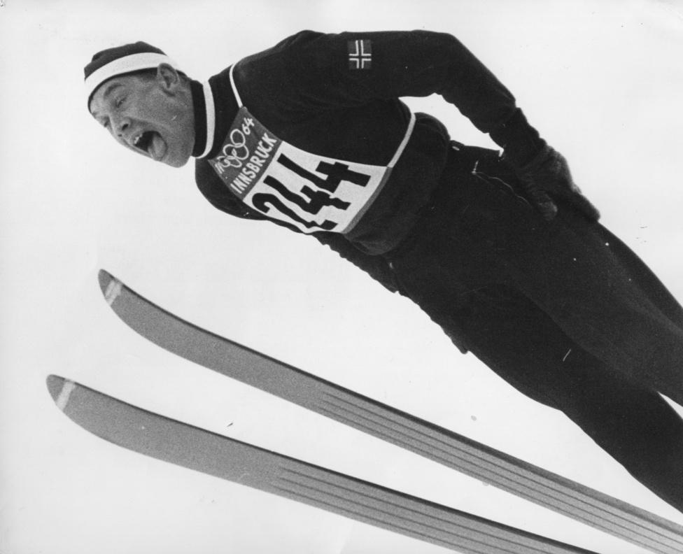 Torbjorn Yggeseth repül az 1964-es innsbrucki olimpán. Ő volt egyébként ekkor a leggyengébb norvég síugró. Toralf Engan nagy sáncon olimpiát nyert, normál sáncon második lett, Torgeir Brandtzæg pedig két harmadik helyet szerzett.