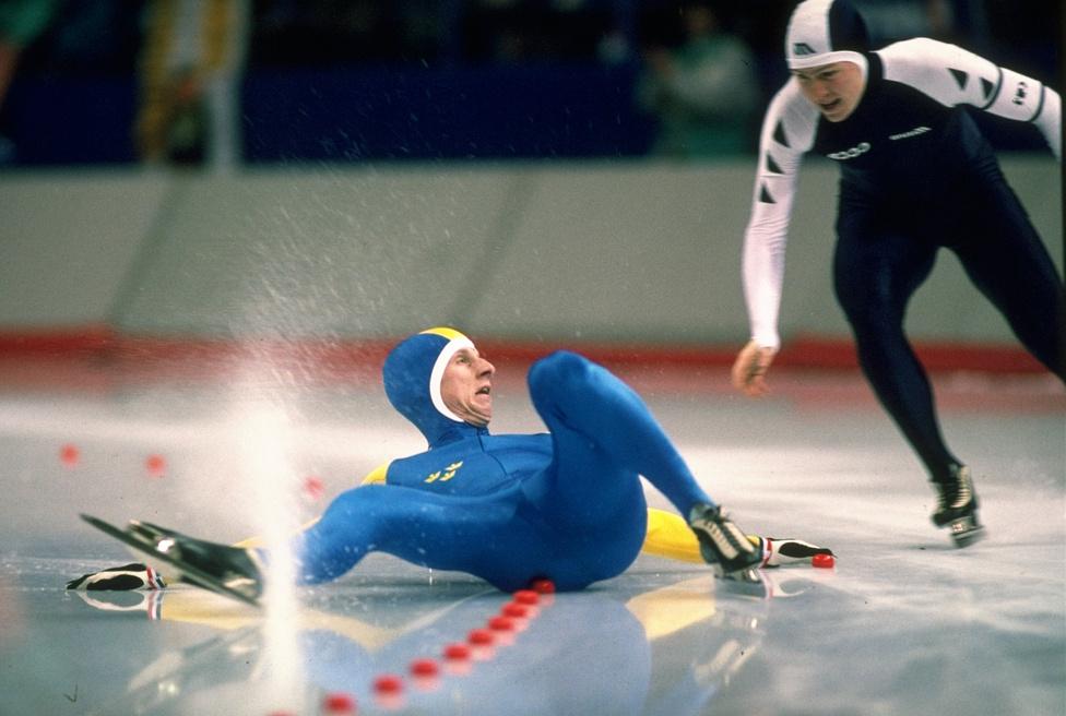 Joakim Carlberg a jéghez csapta magát a gyorskorcsolya 1500 méteres előfutamában. A svéd az esés után be sem fejezte a versenyt. A vele futó Alekszej Bobrov sem jutott messzire, csak a 35. lett. Az 1988-as calgary-i olimpán egy másik svédnek viszont kijött a lépés, Tomas Gustafson két arannyal zárt. A nőknél három első hellyel a holladn Yvonne van Gennip tarolt.