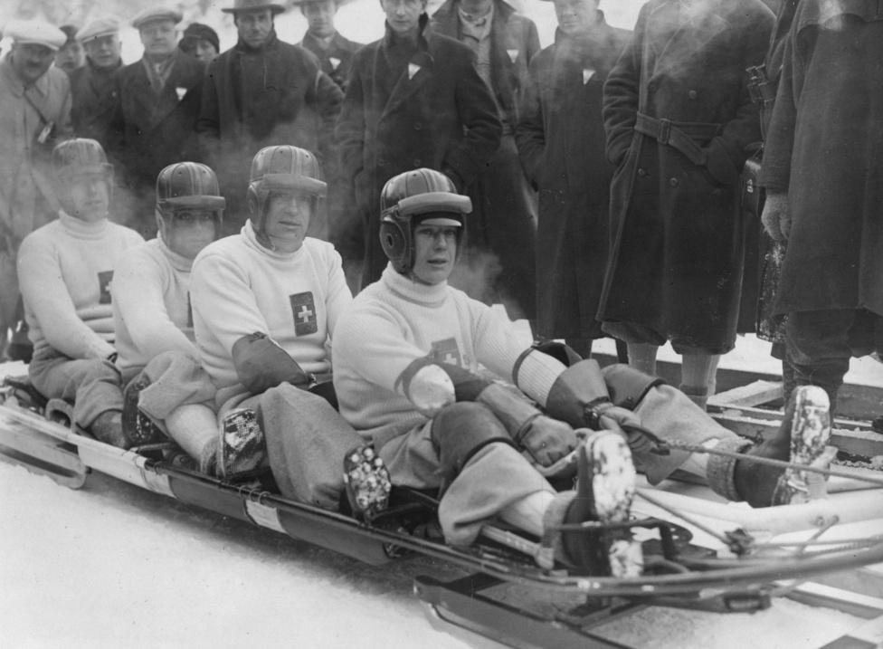 Az első bobok még inkább hasonlítottak egy jó nagy szánkóhoz, mint a mai Forma-1-et idéző, áramvonalas eszközök. 1936-ban Garmisch-Partenkirchenben a svájciak taroltak, a négyes bobban az arany- és az ezüstérem is az övék lett, és a ketteseknél is fogtak egy második helyet.