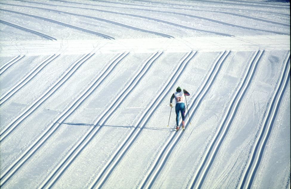 A klasszikus stílusban a sífutók igazán jól csak előre lefektetett nyomokban tudnak igazán haladni. A sok, tájat szabdaló nyomot a landart is megirigyelheti. Ilyen sok nyomot csak a rajtterületen fektetnek le, hogy mindenki viszonylag kényelmesen elférjen. A képen az Mario Dezolt küzd, akil Lillehammerban az olasz sífutóváltó első tagjaként indult.
