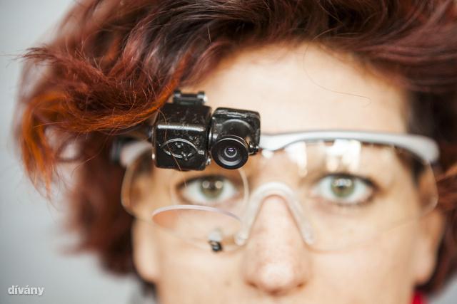 A speciális szemüveg, amely egyszerre vizsgálja a szem fókuszpontját és a látott képet, majd szoftveresen megjeleníti a rögzített videóban, hogy éppen hova, mire fókuszált a vizsgált személy.