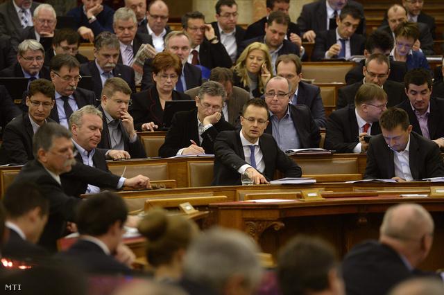 Fideszes képviselők szavaznak Paksról Orbán Viktor üres helye körül
