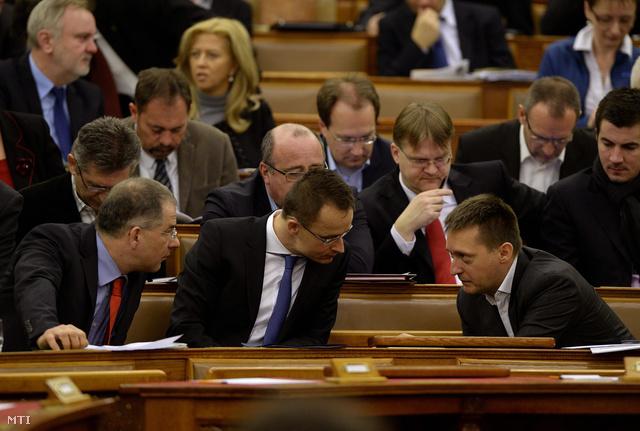 Kósa Lajos, Szijjártó Péter és Rogán Antal tanácskoznak a szavazás előtt