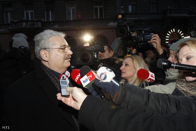 Steiner Pál nyilatkozik az MSZP Jókai utcai székháza előtt