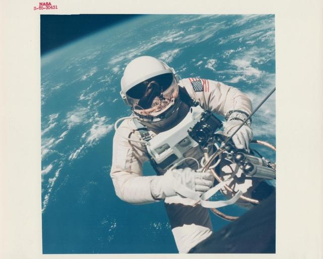 Ed White, Gemini–4 űrhajósa, az első amerikai űrséta végrehajtója 1965. júniusában, Hawaii felett.