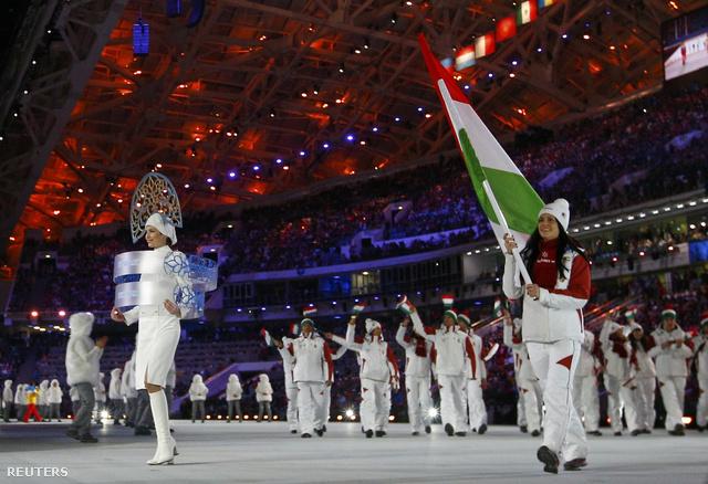 A magyar csapat zászlaját Heidum Bernadett gyorskorcsolyázó vitte